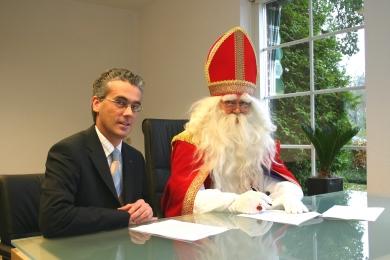 De Sint en Rob van Hoof tekenen het contract